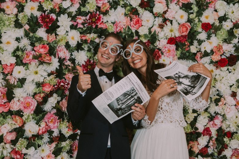 De WonderWall: Een handgemaakte bloemenmuur van 2m10cm op 2m10cm. De flowerwall is gemaakt met zijden bloemen en blijft dus gegarandeerd een hele dag mooi! Ideaal als stijlvolle & originele achtergrond voor jullie ceremonie of photobooth.