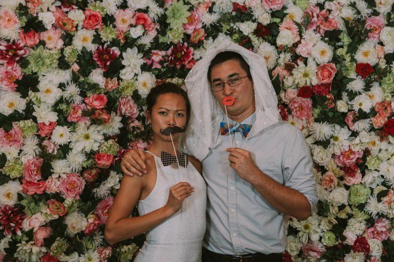 Een bloemenmuur voor jullie huwelijk: De Wonder Wall Een handgemaakte bloemenmuur van 2m10cm op 2m10cm. De flowerwall is gemaakt met zijden bloemen en blijft dus gegarandeerd een hele dag mooi! Ideaal als stijlvolle & originele achtergrond voor jullie ceremonie of photobooth. Prijs: €400